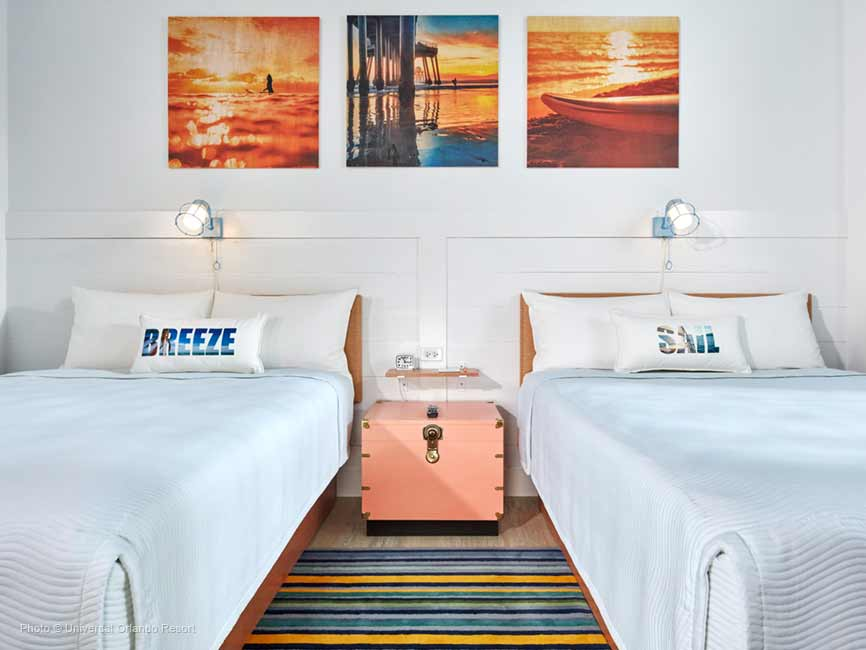 La colorida habitación decorada con colores cálidos