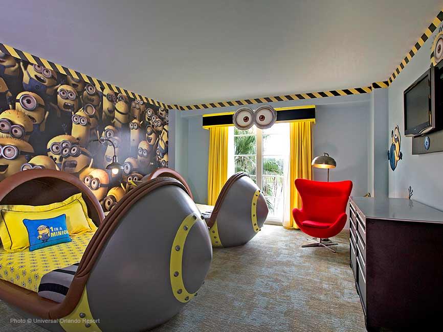 Minios en el cuarto para niños del hotel
