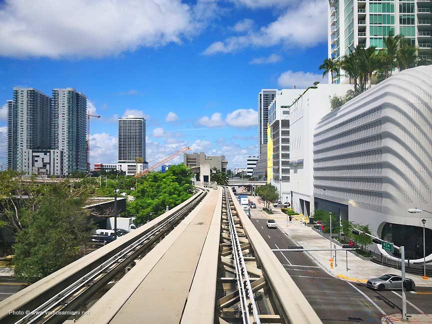 El recorrido de Metromover por el corazón de Downtown Miami
