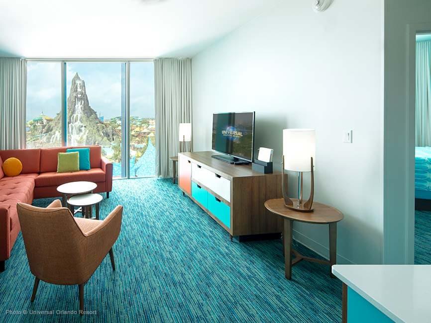 Una de las coloridas suites del hotel Cabana Bay con vista a Volcano Bay
