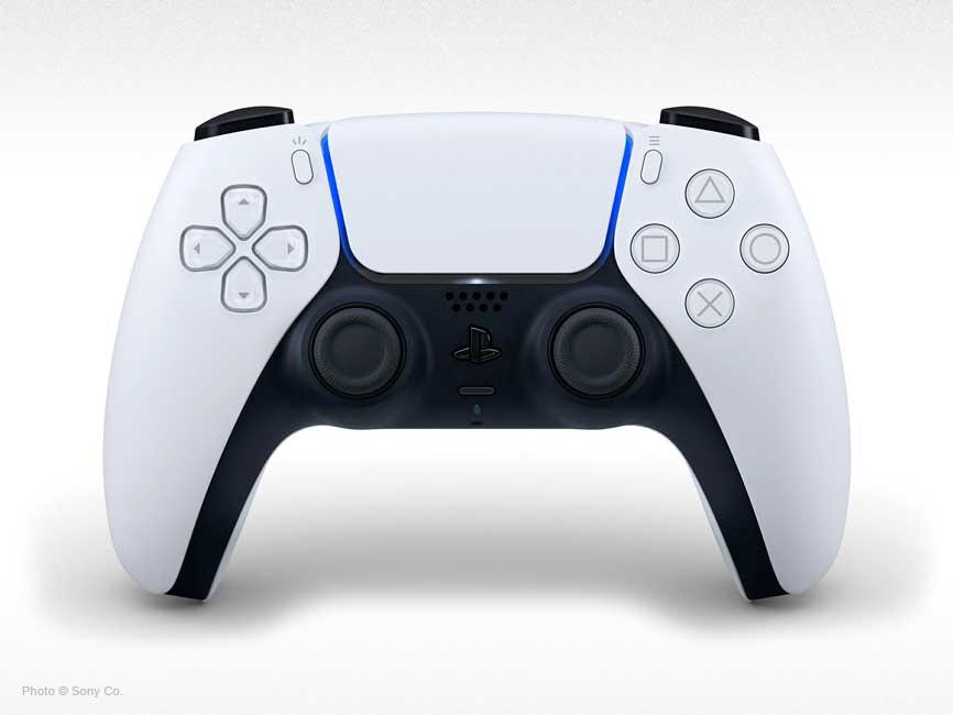 Mando DualSense de la nueva PS5 sobre fondo blanco